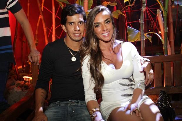 Nicole Bahls e o namorado, Victor Ramos, curtem boate carioca (Foto: Marco Macedo/Divulgação)