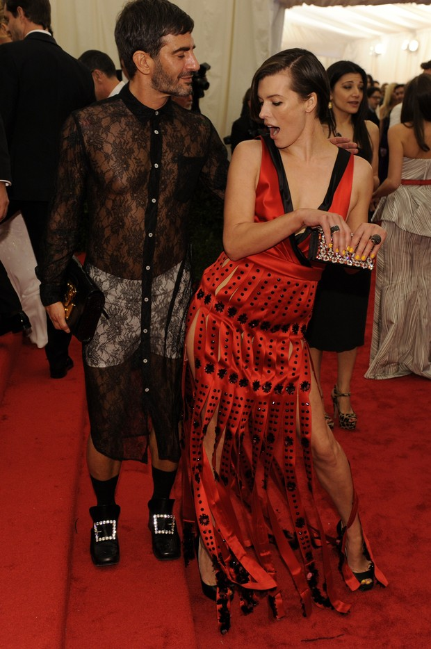 Marc Jacobs e Milla Jovovich no baile da gala do Metropolitan em Nova York, nos Estados Unidos (Foto: AFP/ Ag&#234;ncia)