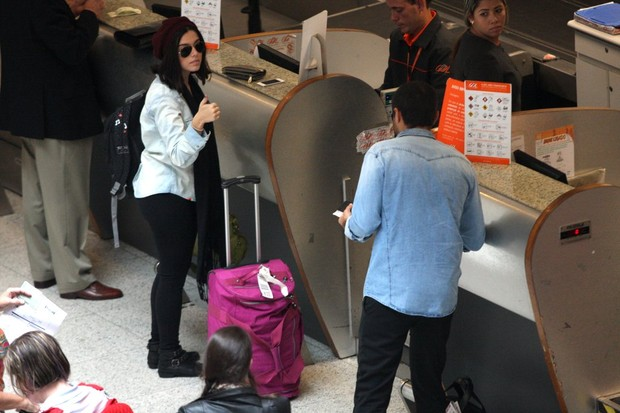 Giovanna Lancellotti e Ricardo Pereira em aeroporto (Foto: Henrique Oliveira/Photo Rio News)
