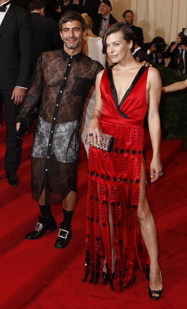 Marc Jacobs e Milla Jovovich no baile da gala do Metropolitan em Nova York, nos Estados Unidos (Foto: Reuters/ Agência)