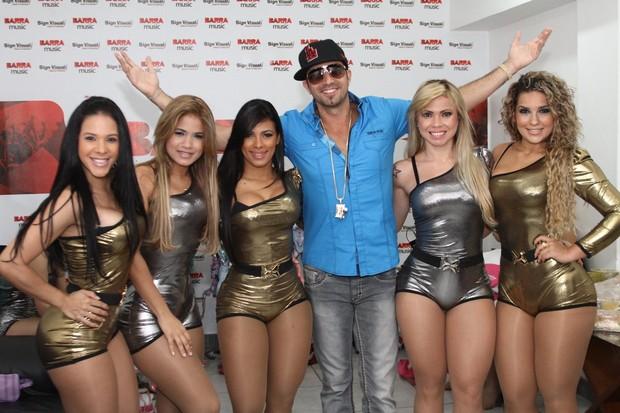 Latino posa com dançarinas do Aviões do Forró em bastidores de show no Rio (Foto: Marcello Sá Barretto/ Photo Rio News)