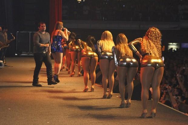 Aviões do Forró e suas dançarinas se apresentam em casa de shows no Rio (Foto: Marcello Sá Barretto/ Photo Rio News)