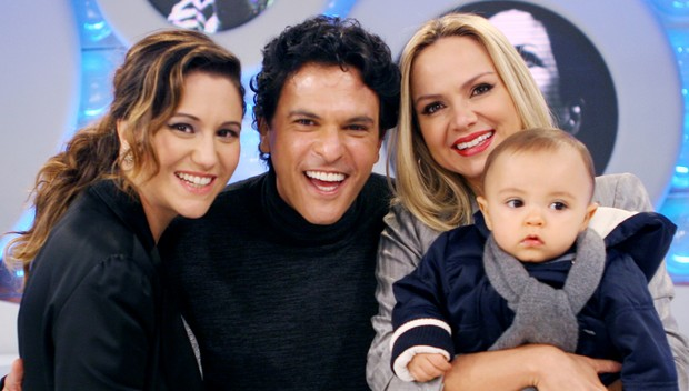 Eliana com o marido, Jo&#227;o Marcelo B&#244;scoli, o filho, Arthur, e a cunhada, Maria Rita, em grava&#231;&#227;o de seu programa no SBT (Foto: Artur Igrecias/SBT)