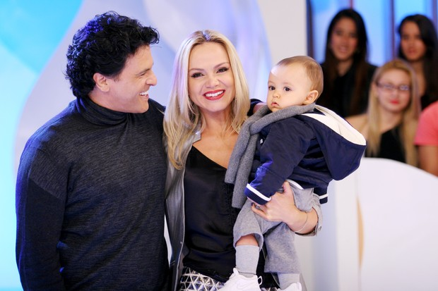 Eliana com o marido, Jo&#227;o Marcelo B&#244;scoli, e o filho, Arthur, em grava&#231;&#227;o de seu programa no SBT (Foto: Artur Igrecias/SBT)