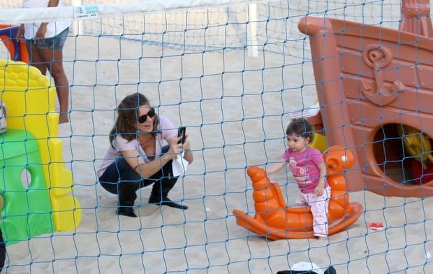 Letícia Spiller com Stella no Leblon, Zona Sul do Rio (Foto: Wallace Barbosa/AgNews)
