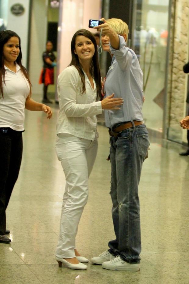 Xuxa tira foto com fãs em shopping do Rio (Foto: Marcello Sá Barreto / Photo Rio News)