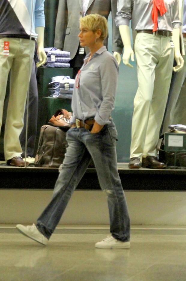 Xuxa passeia em shopping do Rio (Foto: Marcello Sá Barreto / Photo Rio News)