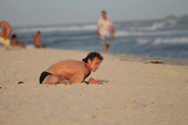 Marcello Novaes na praia (Foto: Dilson Silva / AgNews)