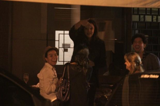 Ana Carolina e Maria Gadú com amigos em restaurante na Zona Sul do Rio (Foto: Rodrigo dos Anjos / Ag. News)