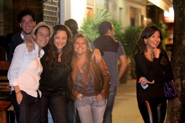 Ana Carolina, Maria Gadú e Ana Lima com amigos em restaurante na Zona Sul do Rio (Foto: Rodrigo dos Anjos / Ag. News)