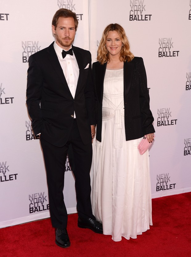 Drew Barrymore e o noivo Will Kopelman em sessão de gala do balé de Nova York (Foto: Getty Images/ Agência)