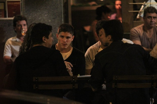 Rômulo Arantes Neto com amigos em restaurante na Zona Sul do Rio (Foto: Rodrigo dos Anjos / Ag. News)