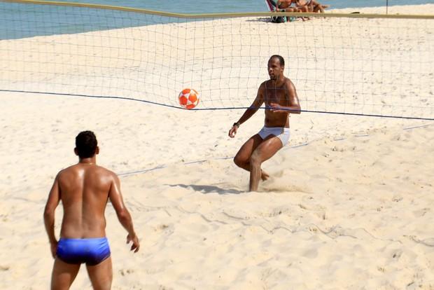 Diego Souza e Alexandro jogando futevolei (Foto: Marcos Ferreira/ Photo Rio News)
