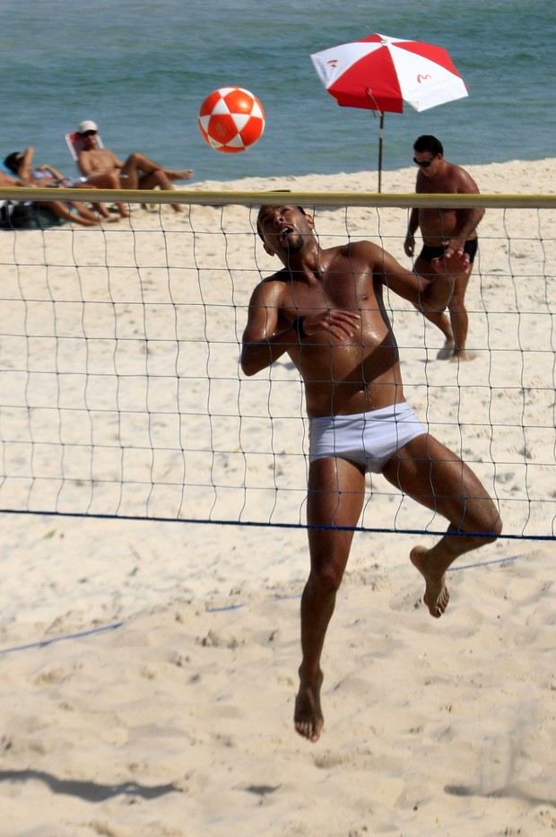 Alexandro jogando futevolei (Foto: Marcos Ferreira/ Photo Rio News)