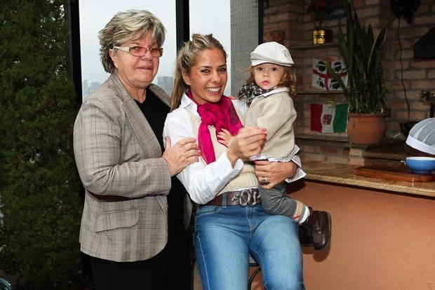 Adriana Galisteu com a mãe, Dona Emma, e o filho, Vittorio (Foto: Photo Rio News/ Manuela Scarpa)