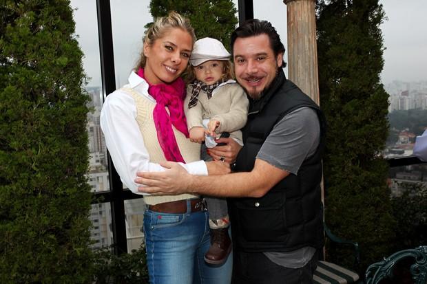 Adriane Galisteu com o filho Vittorio e o marido (Foto: Manuela Scarpa/Photo Rio News)