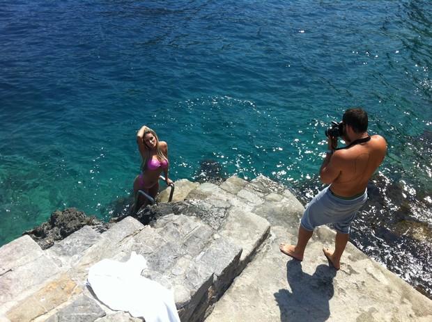Andressa Urach, ex-bailarina do Latino, fotografa para calendário na Grécia (Foto: Cacau Calazans / Divulgação)