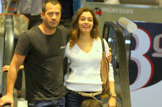 Malvino Salvador e Sophie Charlotte passeiam em shopping do Rio (Foto: Marcello Sá Barreto / Photo Rio News)