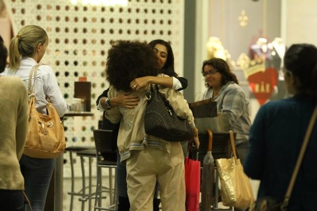 Juliana Paes passeia com secretário em shopping do Rio (Foto: Marcello Sá Barreto e Marcos Ferreira / Photo Rio News)