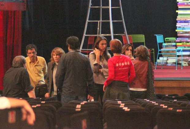 Denis Carvalho, Paulo Betti, Renata Sorrah, Mônica Martelli, Júlia Lemmertz e Deborah Evelyn após última sessão da peça 'Deus da Carnificina' no Rio (Foto: Fausto Candelária/ Ag. News)