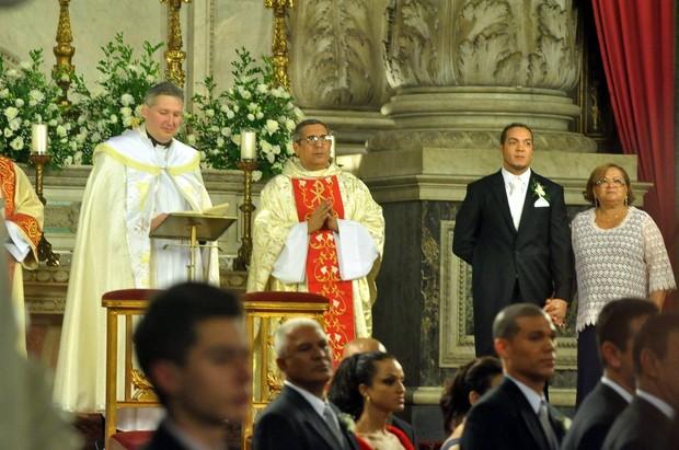 Belo espera Gracyanne entrar na igreja (Foto: Roberto Teixeira/EGO)