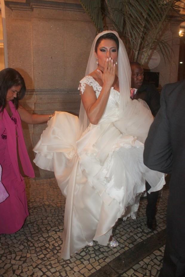 Gracyanne Barbosa deixa hotel para casamento (Foto: Fábio Martins/Agnews)