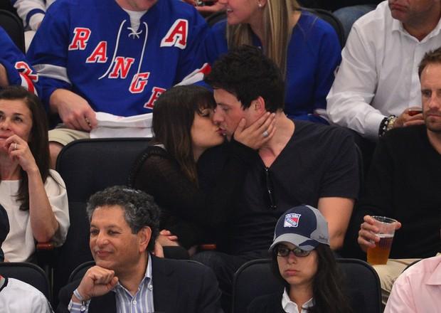 Lea Michelle e Cory Monteith assistem jogo de hoquei em Nova York (Foto: Getty Images)