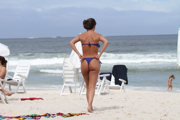 a ex-BBB Laisa na praia da Barra no RJ (Foto: AgNews/Dilson Silva)