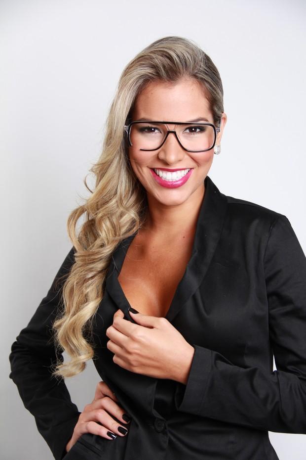 Adriana posa de óculos (Foto: Divulgação / Divulgação)