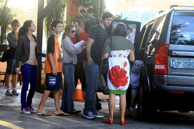 Adriana Esteves e Vladimir Brichta almoçam com a família no Rio (Foto: Delson Silva/AgNews)
