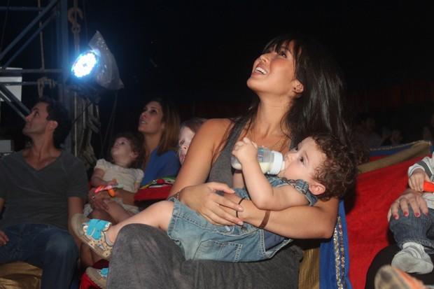 Daniele Suzuki leva o filho, Kauai, a circo no Rio (Foto: Fábio Martins/AgNews)