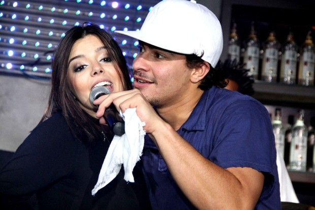 Giovanna Lancellotti comemora aniversário cantando com Thiago Martins (Foto: Claudio Soares/Divulgação)