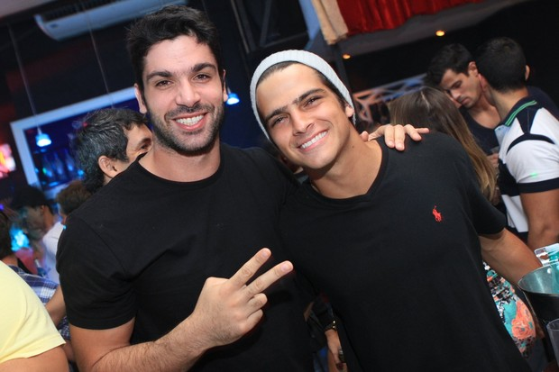 Ex-BBB Kadu Parga e o ator Bernardo Mesquita em boate no Rio (Foto: Raphael Mesquita/ Divulga&#231;&#227;o)