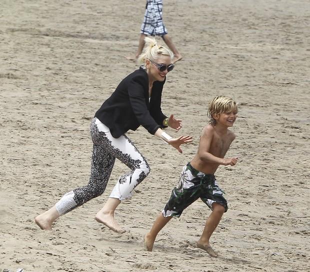 Gwen Stefani brinca com o filho Kingston em praia em Santa Monica, em Los Angeles, nos Estados Unidos (Foto: X17/ Agência)