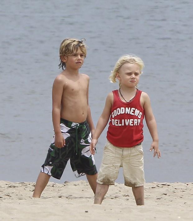 Kingston e Zuma, filhos de Gwen Stefani, em praia em Santa Monica, em Los Angeles, nos Estados Unidos (Foto: X17/ Agência)