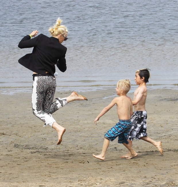 Gwen Stefani brinca com amigos dos filhos em praia em Santa Monica, em Los Angeles, nos Estados Unidos (Foto: X17/ Agência)