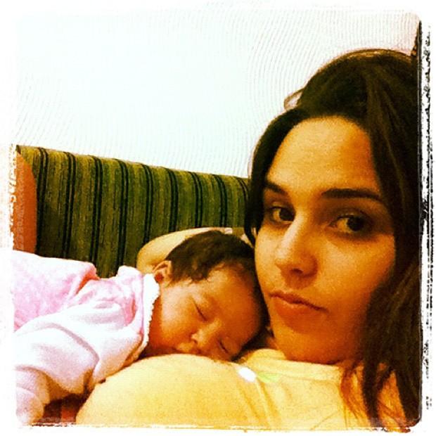 Perlla e a filha Pérola (Foto: Twitter / Reprodução)