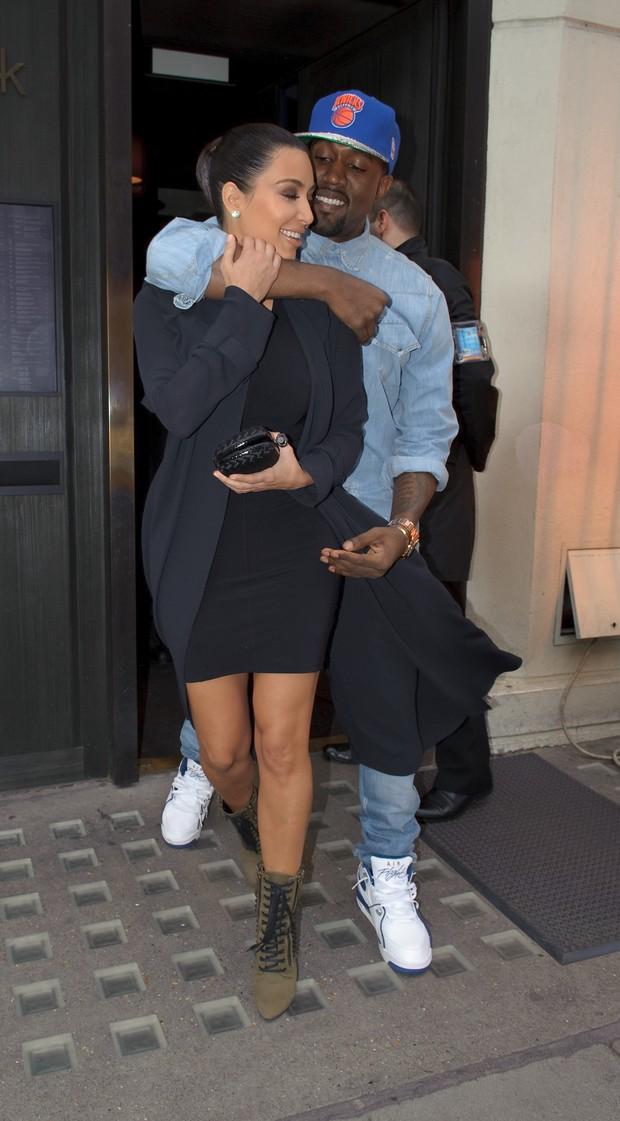 Kim Kardashian e Kanye West em clima de romance total por Londres (Foto: Grosby Group)