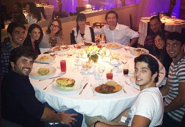 Claudia Leitte e o marido Márcio pedreira jantam com os casais Kaká e Carol Celico, Marco Luque e Flávia e mais alguns amigos (Foto: Instagram/ Reprodução)
