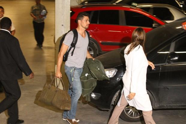 Grazi e Cauã chegando à maternidade (Foto: Marcello Sá Barreto / Photo Rio News)