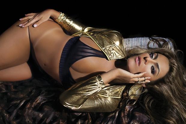 A ex-Monique posa para a Sexy (Foto: Sexy / Divulgação)