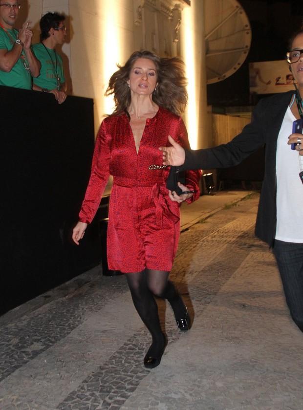 Letícia Spiller chega atrasada para desfile do Fashion Rio (Foto: Thyago Andrade / Photo Rio News)