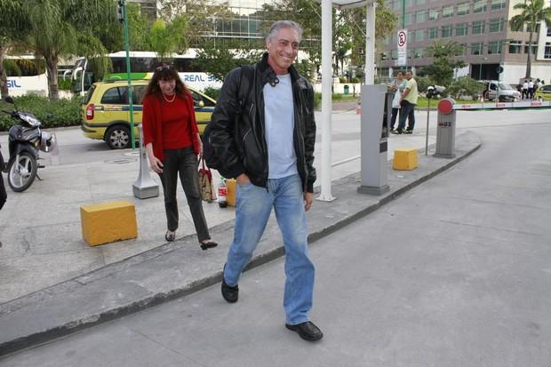 Pai de Cauã Reymond chega à maternidade (Foto: Jeferson Ribeiro / AgNews)