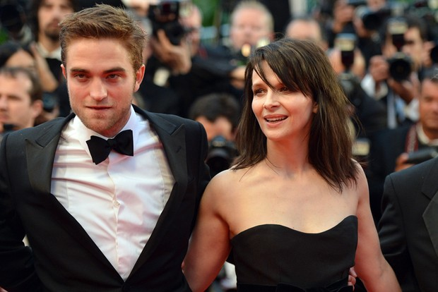 Robert Pattinson e Juliette Binoche em Cannes (Foto: AFP)