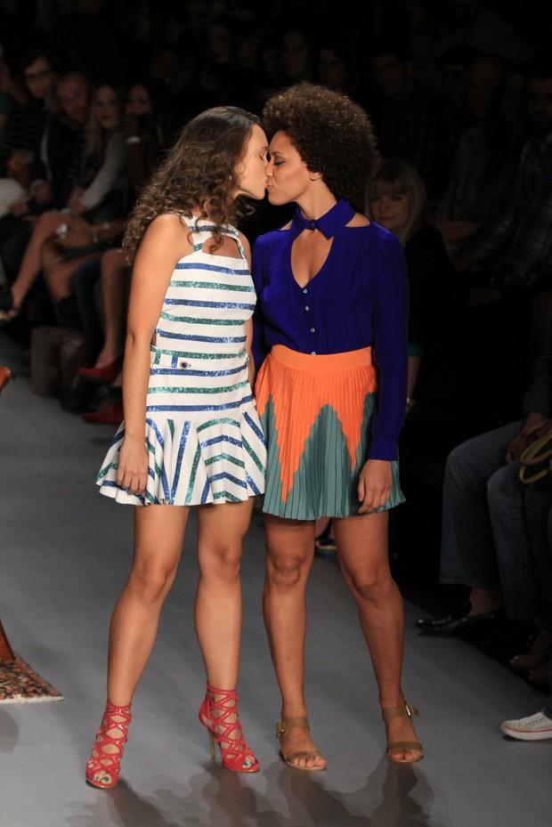 Modelos se beijam no desfile da Reserva no Fashion Rio (Foto: Raphael Mesquita/Photo Rio News)