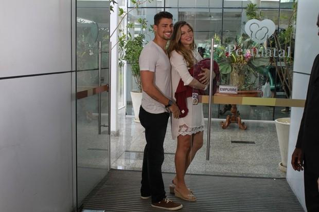Grazi Massafera e Cauã Reymond deixam a maternidade (Foto: Jeferson Ribeiro / AgNews)