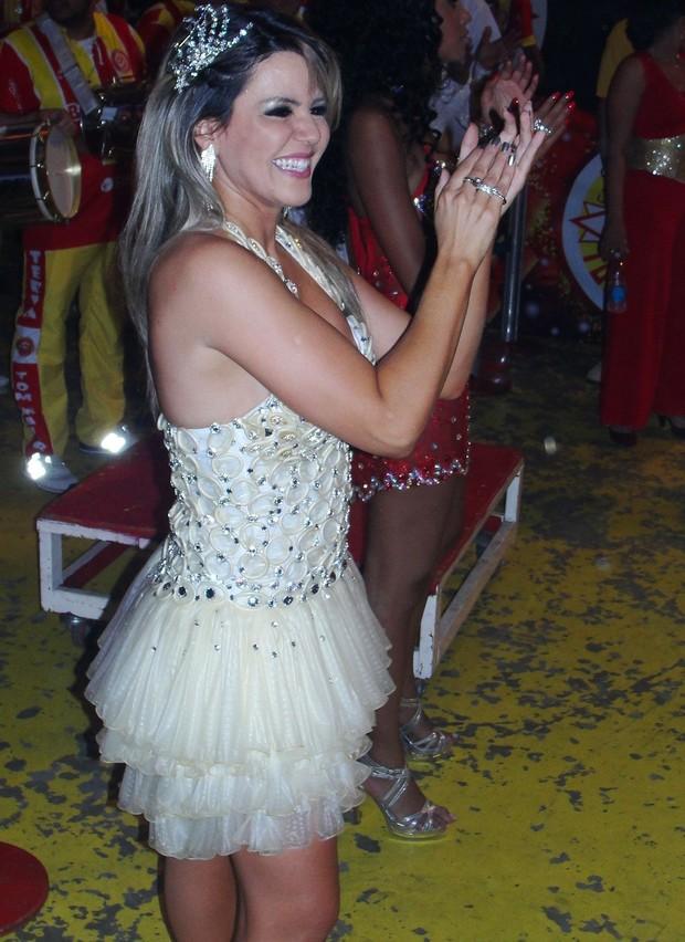 Tania Oliveira, madrinha de bateria da Tom Maior, usa vestido de preservativos (Foto: Renato Cipriano / Divulgação)