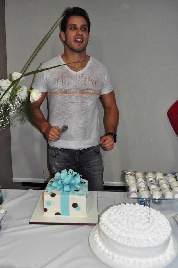 Eliéser faz festa em seu apartamento para comemorar 28 anos (Foto: Lya Melo/Divulgação)