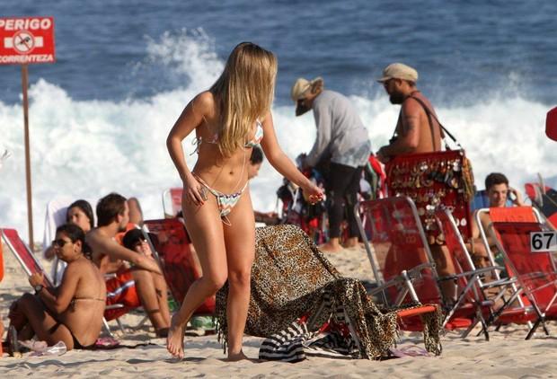 A ex-BBB Renata na praia (Foto: André Freitas / AgNews)