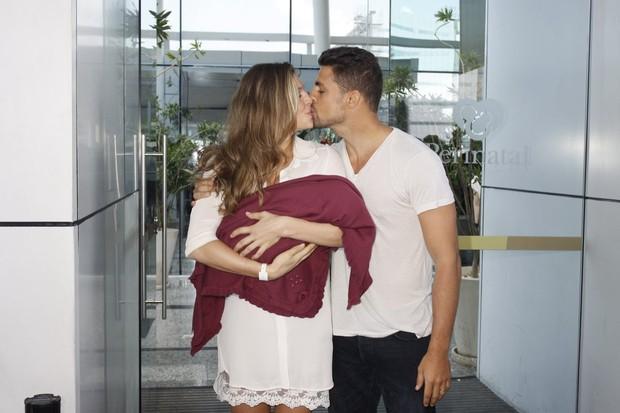 Grazi Massafera e Cauã Reymond deixam a maternidade (Foto: Marcos Serra Lima / EGO)